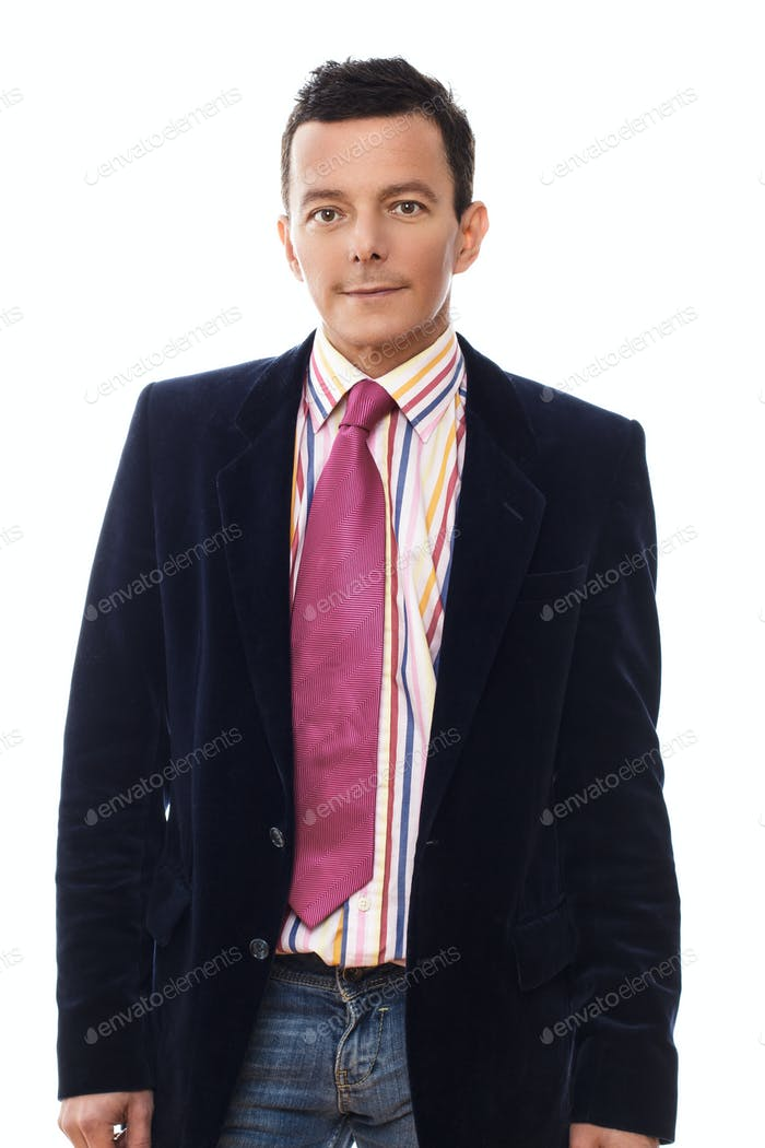 Casual man in jeans, dark jacket and pink tie.