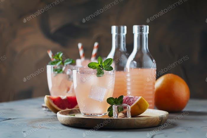 Cocktail mit Grapefruit und Minze