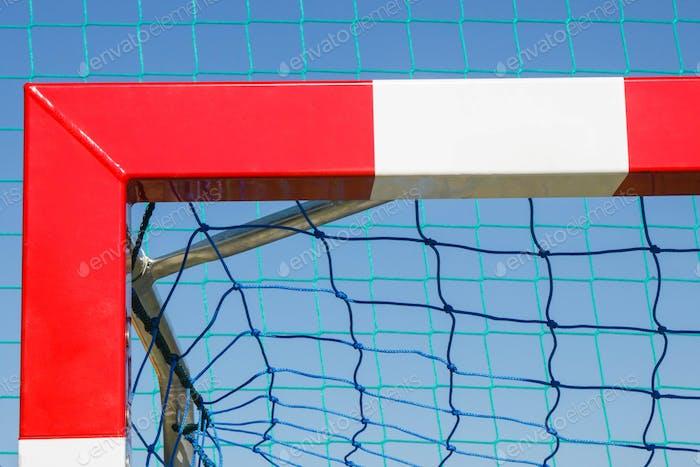 Fußball- oder Handballtor mit rot-weißem Torpfosten