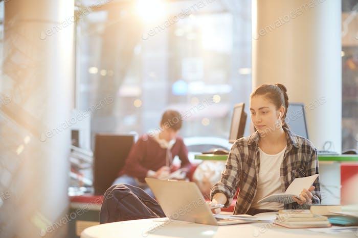 Estudiante universitario que trabaja en la biblioteca