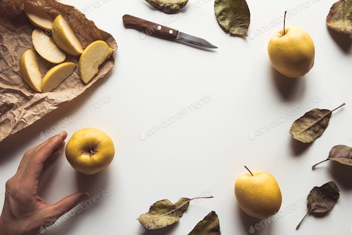 Hand mit einem Apfel mit einem schönen Layout auf einem weißen Hintergrund. Gesundes Essen, Agrarprodukt, Vegan