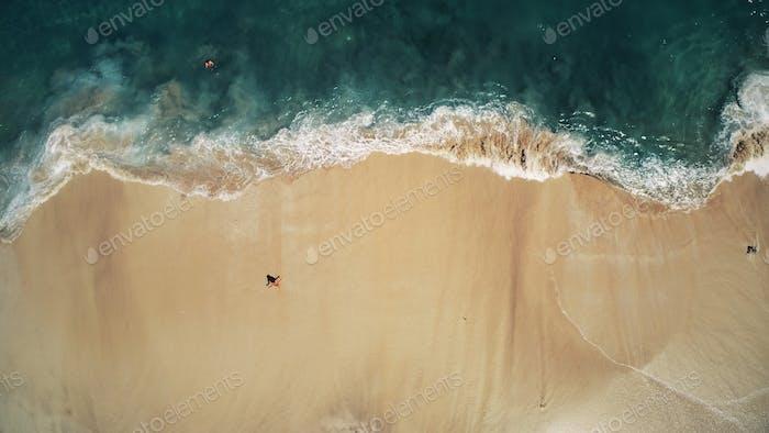 Luftaufnahme oben Drohne Blick auf Ozeanwellen