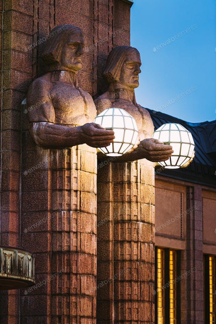 Helsinki, Finnland. nachtansicht von zwei paaren von statuen halten die sphärischen lampen auf eingang