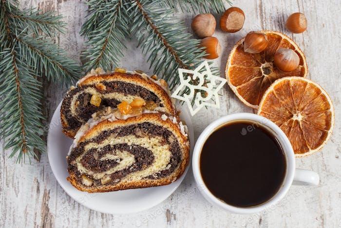 Frische traditionelle Mohnkuchen, Tasse Kaffee und Fichtenzweige, Dessert für Weihnachten