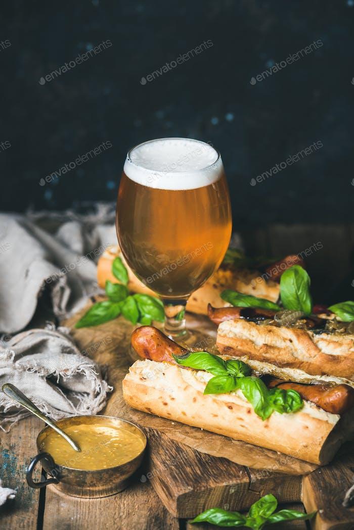 Gläser von Weizen ungefiltertes Bier und hausgemachte gegrillte Wursthunde