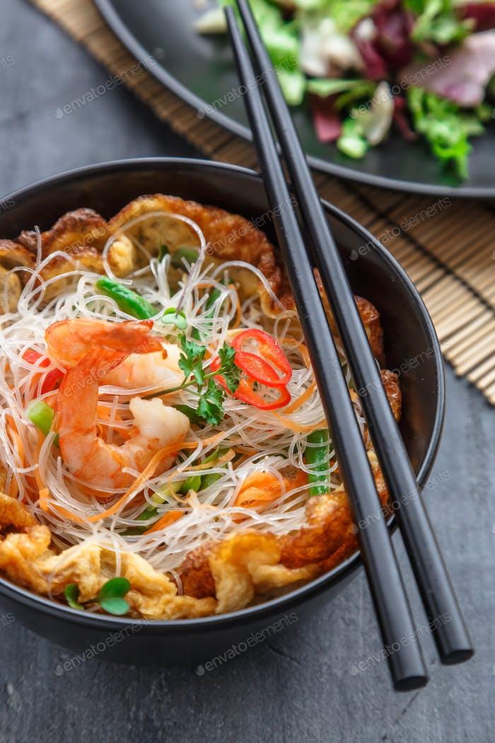 Thai-Stil Reisnudeln Salat mit Garnelen und Omelett, Cloxe Ansicht selektiver Fokus