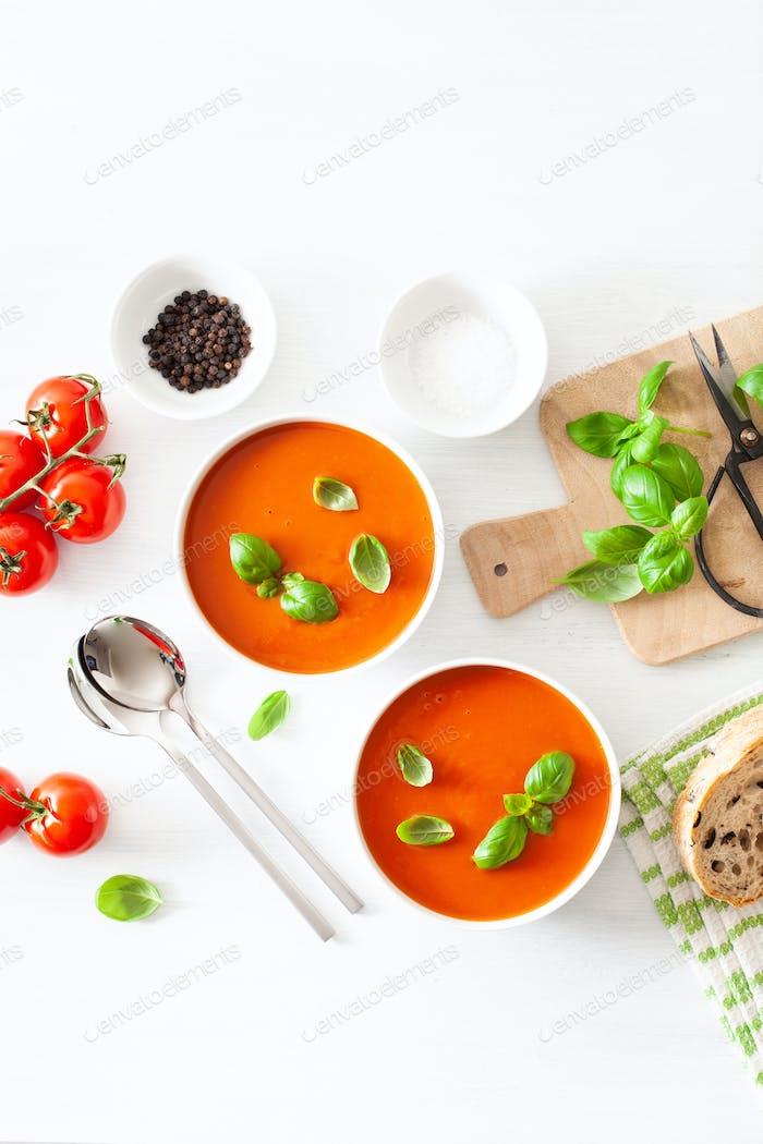 Tomatensuppe flach lag auf weißem Backgorund