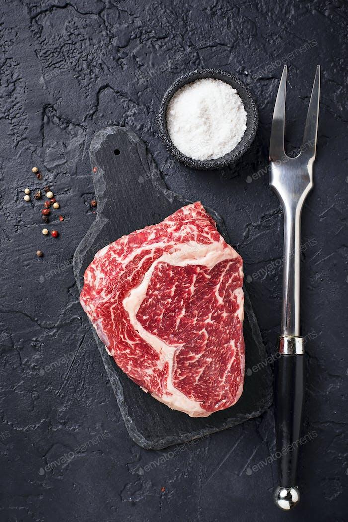 Roh marmoriertes Ribeye-Steak und Gewürze