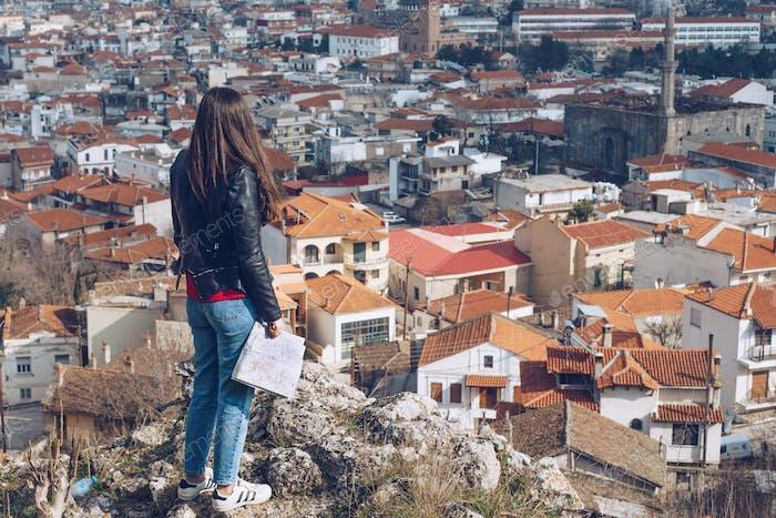 Junges Mädchen, das vor dem schönen Blick auf die Stadt steht. Panorama v