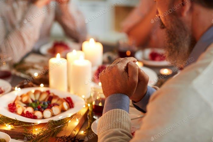 Mann betet zum Abendessen