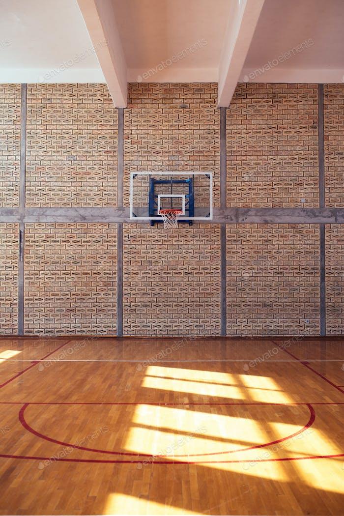 Cancha de baloncesto vacía