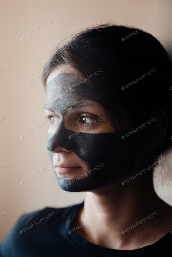 Schöne Frau mit Gesichtsmaske