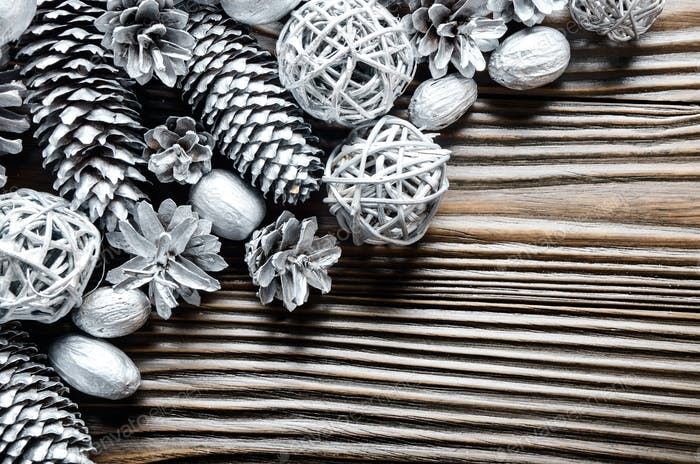 Flache lag Silber Hintergrund von Tanne und Kiefer bemalten Zapfen, Nüsse a