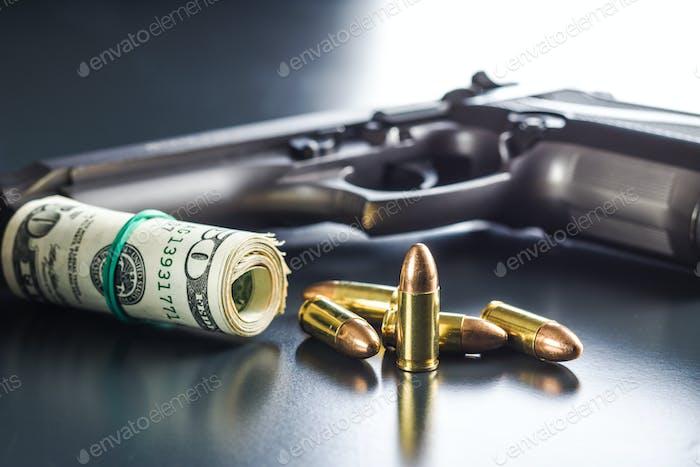 9 mm Kugeln, Dollar und Pistole.