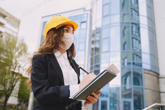 Femme architecte avec chantier de construction sur le fond