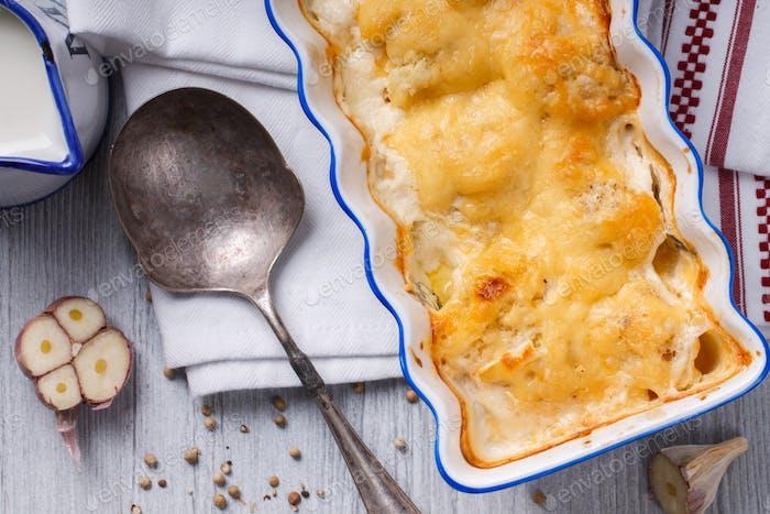 Gratin von Blumenkohl, Kartoffeln und Käse