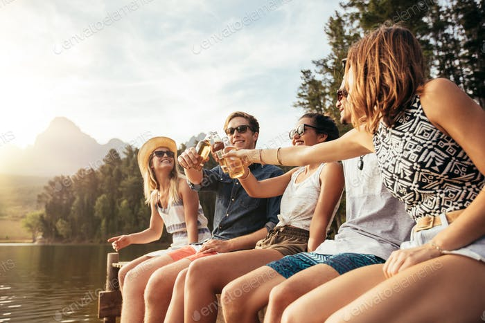 Junge Menschen Toast Bier auf einem Steg