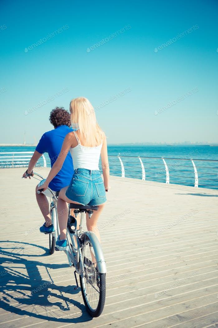 -  Nein. ein und eine Frau, die im Tandem-Fahrrad fährt