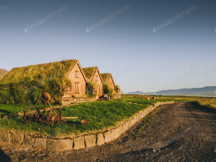 Straße und traditionelle isländische Häuser mit Grasdächern, Island