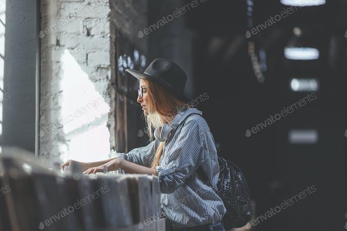 Chica joven navegando registros