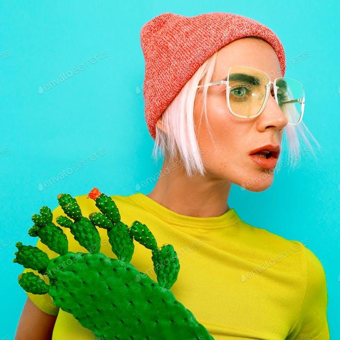 Pretty Blonde Modell in stilvollen Accessoires. Mütze und Brille.