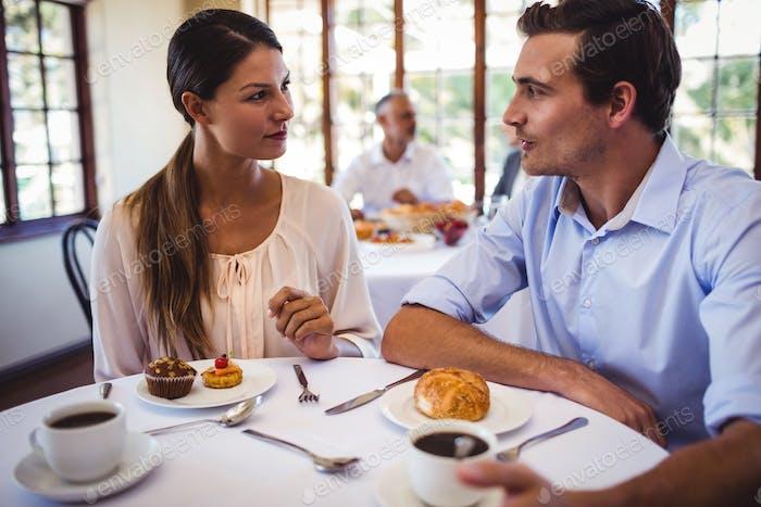 Paar im Gespräch miteinander im Restaurant