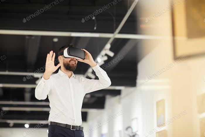 Bärtiger Mann mit VR in Art Gallery