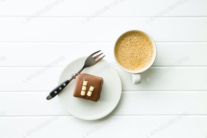 Süße Schokolade Dessert und Kaffeetasse.