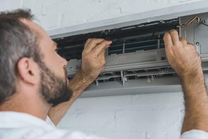 мужской бородатый рабочий ремонт кондиционера