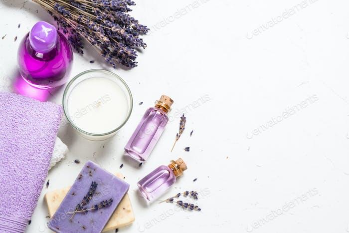 Lavendel Kosmetik auf weißem Hintergrund