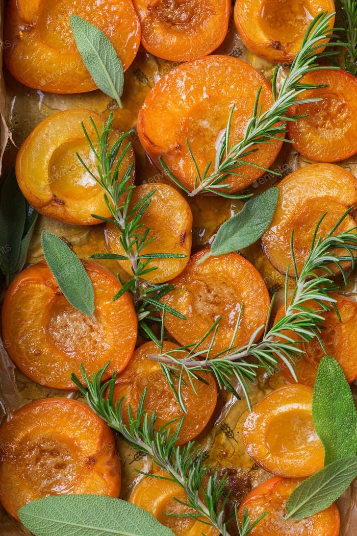Gebackene Aprikosen mit Honig, Salbei und Rosmarinblättern