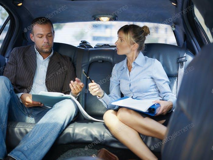 Geschäftsleute, die im Auto arbeiten