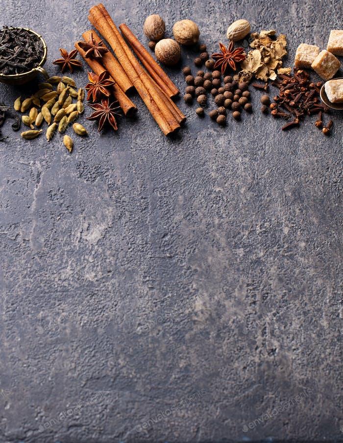 Gewürze für indischen Masala Tee. Grauer Hintergrund Leerzeichen kopieren.