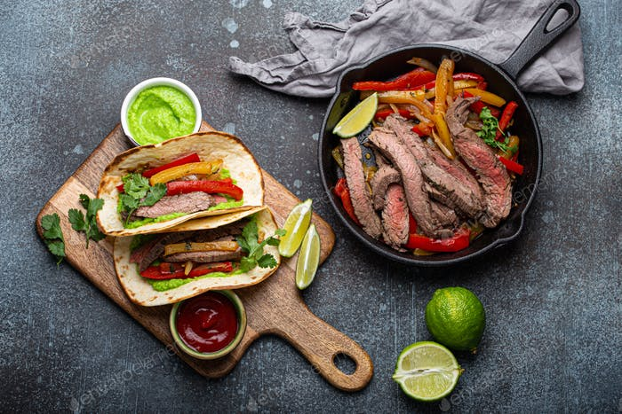 Haciendo fajitas plato mexicano tacos desde arriba