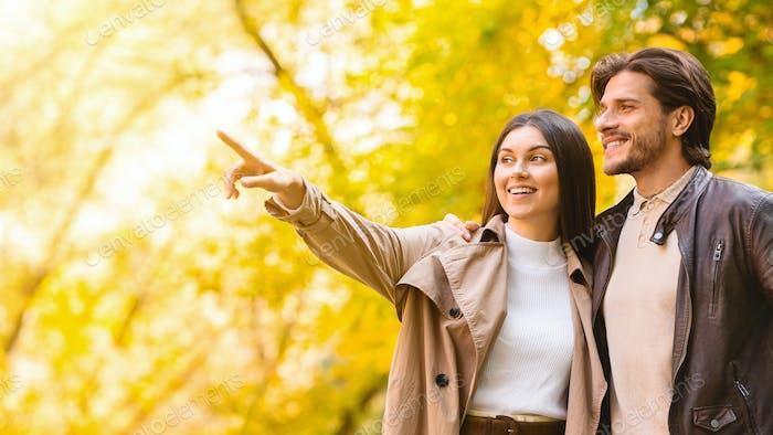 Aufgeregte Frau zeigt etwas, ihr Freund, zeigt auf Kopierraum