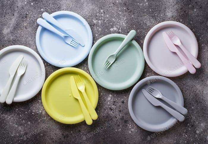 Bunte Kunststoff-Geschirr für Sommer-Picknick