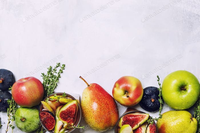 Fruchtcocktail mit Wein und Feigen