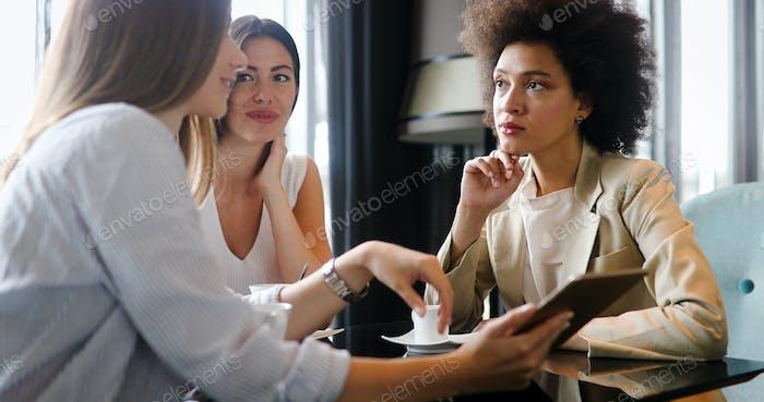 junge glückliche Frau college chatten in einem Café