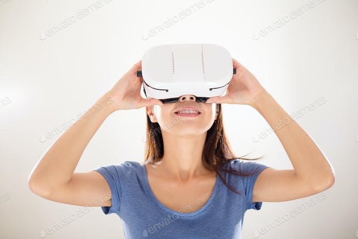 Frau mit VR-Gerät suchen