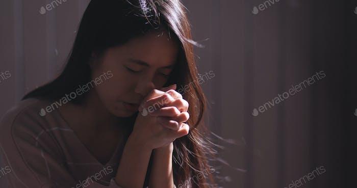Christliche Frauen beten im Dunkeln