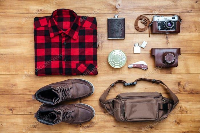 Travel Concept Boots, Shirt, Kamera, Feuerzeug, Flasche, Tasche, Taschenmesser