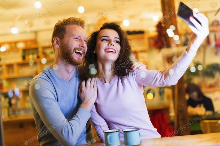 glücklich paar nehmen selfie in café