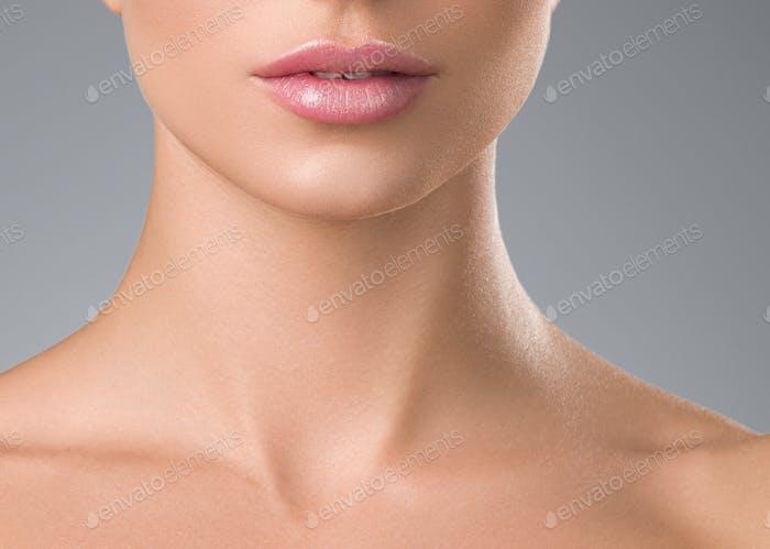 Mujer sana de la piel pestañas extensión de belleza maquillaje natural cosmético edad concepto de fondo gris