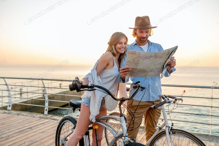 привлекательная счастливая пара, путешествующая летом на велосипедах