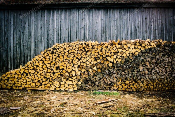 Ein Holzhaufen verschiedener Schattierungen