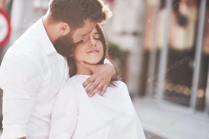 Schönes glückliches Paar umarmt auf der Stadtstraße.Lifestyle Konzept Liebe und Romantik