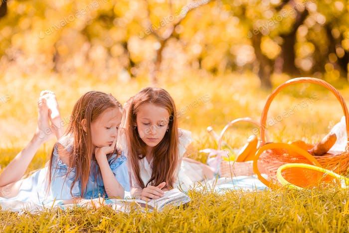 Dos niños pequeños de picnic en el parque