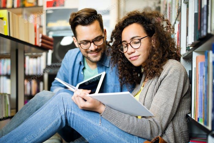 Die Studierenden studieren gemeinsam in der Bibliothek. Paar, Studie, Technologie, Bildung Liebeskonzept