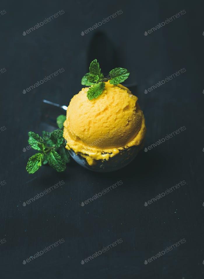 Erfrischende Mango Sorbet Eisportionierer in Schaufel, Kopierraum