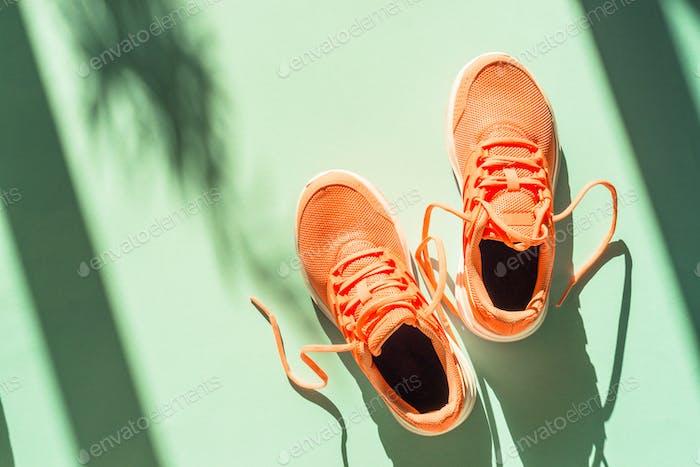 Rosa Sneakers im blauen Hintergrund Draufsicht